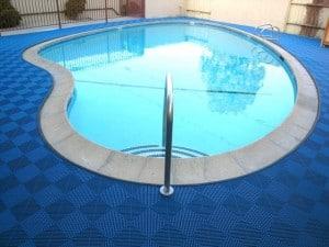 Une dalle de sol pour piscine design