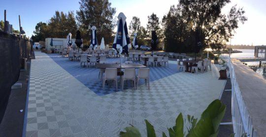 revêtement-de-sol-pour-restaurant-de-plage